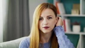Retrato de una muchacha triste joven en su sala de estar acogedora metrajes