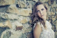Retrato de una muchacha triste joven hermosa al aire libre Imagenes de archivo
