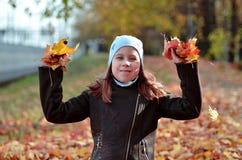 Retrato de una muchacha de Yong en la estación del otoño fotos de archivo