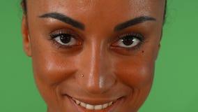 Retrato de una mujer africana hermosa que sonríe a la cámara metrajes