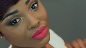 Retrato de una mujer africana joven hermosa almacen de metraje de vídeo