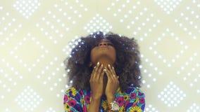 Retrato de una mujer africana joven sensual que mira a la muchacha bonita de la cámara con el pelo afro que toca su cara Belleza  metrajes