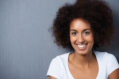 Retrato de una mujer afroamericana alegre imagenes de archivo
