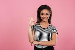 Retrato de una mujer afroamericana casual que muestra gesto aceptable Imagen de archivo