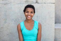 Retrato de una mujer afroamericana con el pelo corto Imágenes de archivo libres de regalías