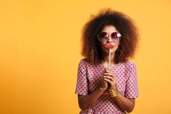 Retrato de una mujer afroamericana divertida Foto de archivo