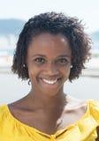 Retrato de una mujer afroamericana en una camisa amarilla Imagen de archivo