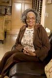 Retrato de una mujer afroamericana mayor en casa Fotos de archivo libres de regalías