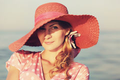 Retrato de una mujer agraciada hermosa en sombrero rosado elegante con un borde ancho Belleza, concepto de la manera Mirada en Imagen de archivo libre de regalías