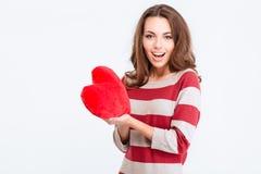 Retrato de una mujer alegre que lleva a cabo el corazón rojo Foto de archivo libre de regalías