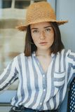 Retrato de una mujer alegre que lleva un sombrero de paja imagen de archivo libre de regalías