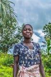 Retrato de una mujer angolana, vestido en trajes simples fotografía de archivo