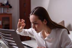 Retrato de una mujer apasionada sobre el aprendizaje jugar el piano electrónico dentro del apartamento Imagenes de archivo