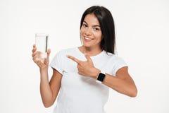 Retrato de una mujer apta sonriente que señala el finger Foto de archivo