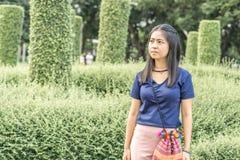 Retrato de una mujer asiática con en el parque fotografía de archivo