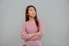 Retrato de una mujer asiática deprimida que se coloca con los brazos doblados Fotografía de archivo libre de regalías