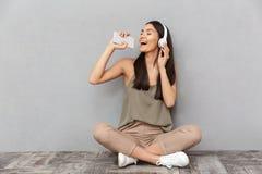 Retrato de una mujer asiática feliz que canta Fotografía de archivo