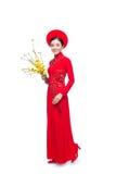 Retrato de una mujer asiática hermosa en el traje tradicional Ao Dai del festival que lleva a cabo el tre del AMI de Hoa Fotos de archivo libres de regalías