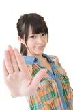 Retrato de una mujer asiática que gesticula una muestra de la parada Fotos de archivo
