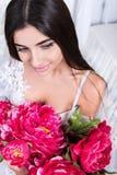 Retrato de una mujer atractiva con las flores Fotografía de archivo