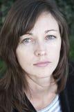 Retrato de una mujer atractiva joven. imagen de archivo