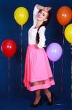 Retrato de una mujer atractiva joven cerca de muchos globos brillantes Imagen de archivo libre de regalías