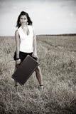 Retrato de una mujer atractiva joven con la maleta Fotografía de archivo libre de regalías
