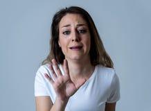 Retrato de una mujer atractiva joven que parece asustada y chocada Expresiones y emociones humanas imagen de archivo
