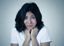 Retrato de una mujer atractiva joven que parece asustada y chocada Expresiones y emociones humanas fotos de archivo libres de regalías