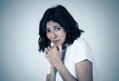Retrato de una mujer atractiva joven que parece asustada y chocada Expresiones y emociones humanas foto de archivo libre de regalías