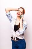 Retrato de una mujer atractiva sonriente que habla en el teléfono Imagen de archivo libre de regalías