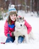 Retrato de una mujer bastante joven con su perro casero Fotografía de archivo