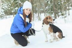Retrato de una mujer bastante joven con su perro casero Foto de archivo libre de regalías