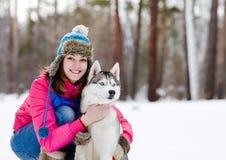 Retrato de una mujer bastante joven con su perro casero Imágenes de archivo libres de regalías