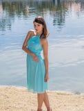 Retrato de una mujer bastante joven que lleva un vestido azul Fotografía de archivo libre de regalías