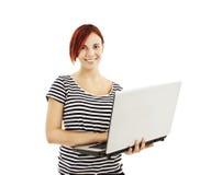 Retrato de una mujer bastante joven que se coloca con una computadora portátil Imagenes de archivo