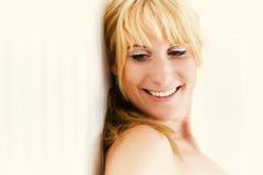 Retrato de una mujer bastante rubia Imagen de archivo libre de regalías