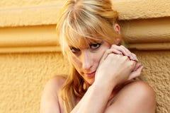 Retrato de una mujer bastante rubia Foto de archivo libre de regalías