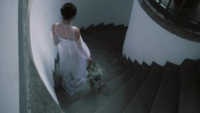 Retrato de una mujer blanda hermosa de la novia que lleva el vestido que se casa blanco lujoso largo Belleza, concepto de la mane almacen de metraje de vídeo