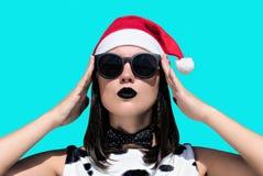 Retrato de una mujer bonita en el sombrero de Santa Claus Fotos de archivo