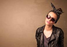 Retrato de una mujer bonita joven con las gafas de sol y el copyspace Foto de archivo
