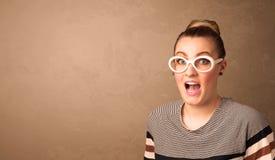 Retrato de una mujer bonita joven con las gafas de sol y el copyspace Foto de archivo libre de regalías