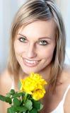 Retrato de una mujer brillante que sostiene rosas amarillas Imágenes de archivo libres de regalías