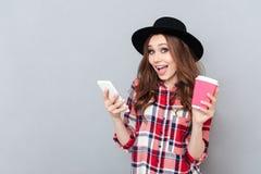 Retrato de una mujer casual emocionada feliz en camisa de tela escocesa Imagenes de archivo