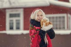 Retrato de una mujer caucásica joven en el estilo ruso en una helada fuerte en un día nevoso del invierno Muchacha modelo rusa Imagen de archivo