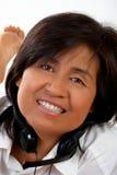 Retrato de una mujer con auriculares imagen de archivo