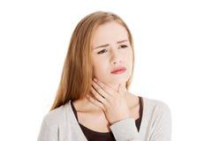 Retrato de una mujer con dolor de la garganta Foto de archivo libre de regalías