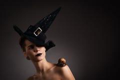 Retrato de una mujer con el caracol en sombrero. Moda. Gótico Imágenes de archivo libres de regalías