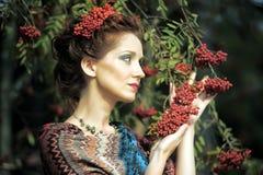Retrato de una mujer con el serbal Fotografía de archivo libre de regalías