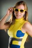 Retrato de una mujer con las gafas de sol Imagenes de archivo